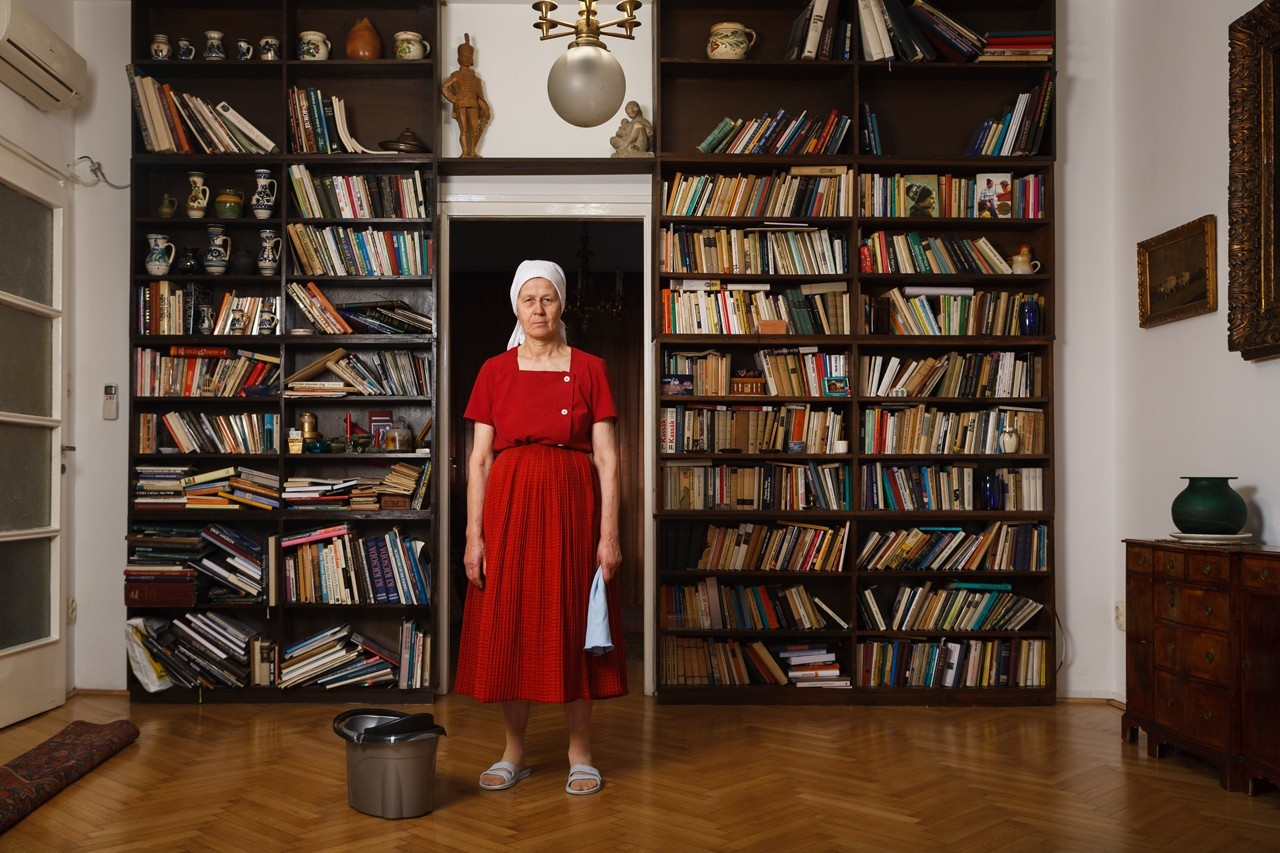 Péter Korniss: In front of the Bookshelves