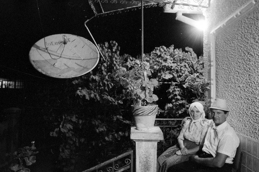 Korniss Péter: Házaspár tányér-antennával  –  Mari és Márton a régi ház előtt