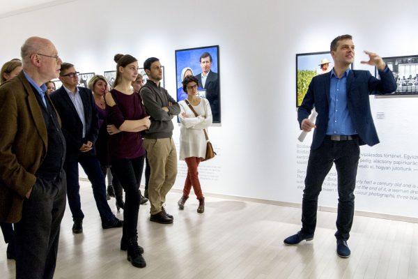 Dubóczky Gergely tárlatvezetése Korniss Péter kiállításán