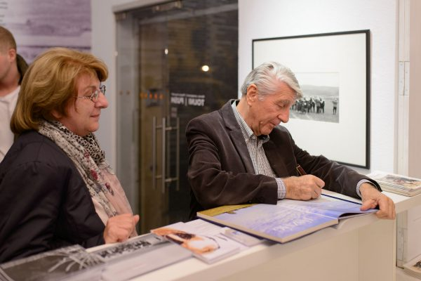 Korniss Péter tárlatvezetése kiállításán