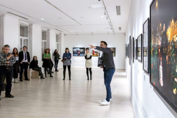Tóth Csaba tárlatvezetése Korniss Péter kiállításán