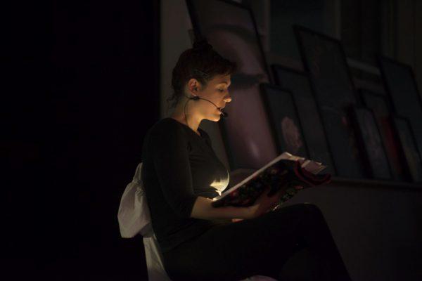 Tóth Kinga performansza Korniss Péter római kiállítása kapcsán