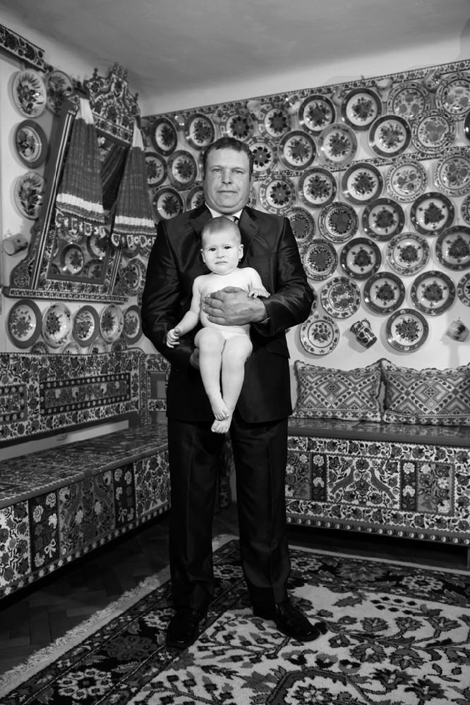 Péter Korniss: Father and his Daughter in Their Decorated Room