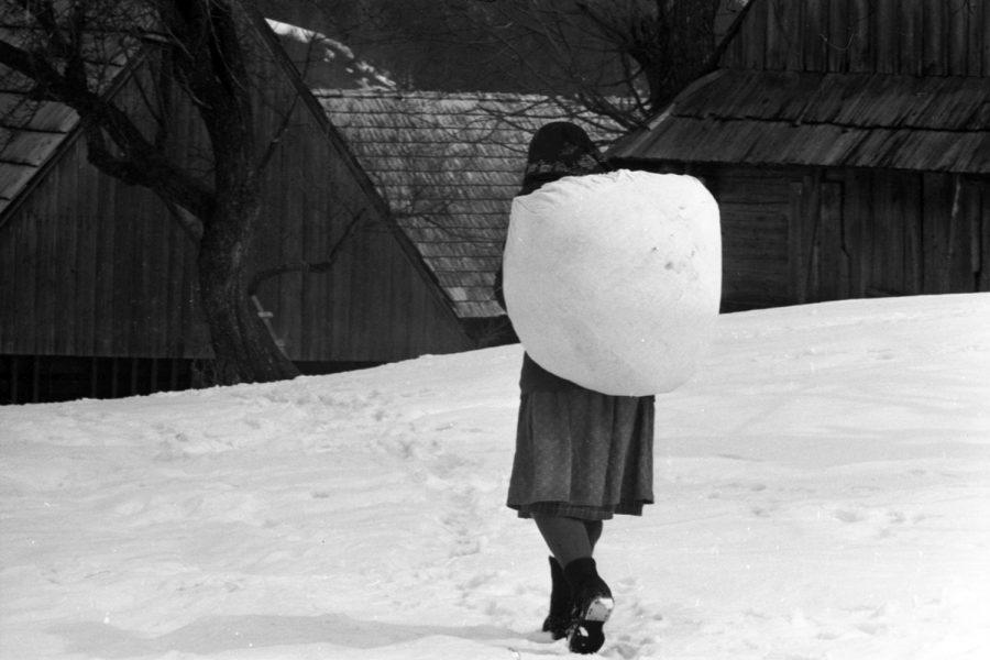 Korniss Péter: Batyut vivő asszony a hóban