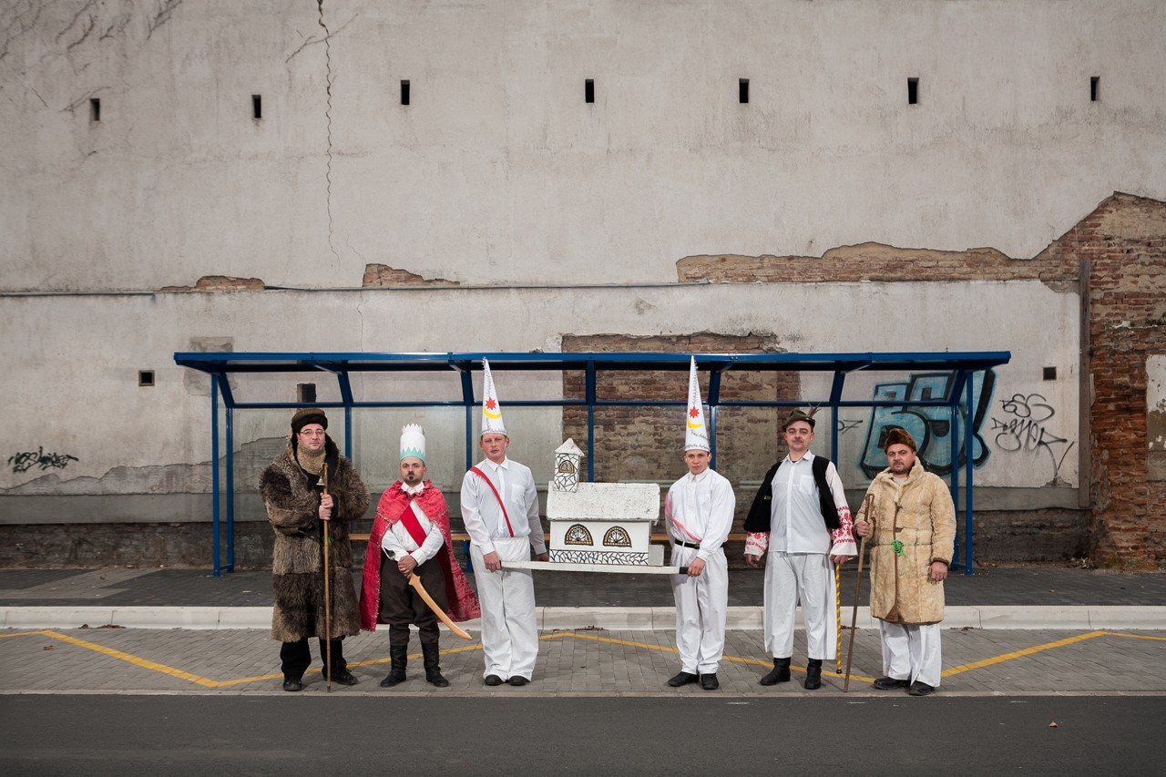 Péter Korniss: Nativity Players at the Bus Stop