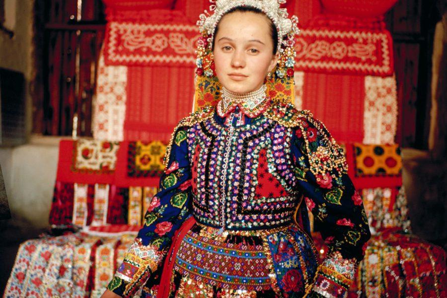 Korniss Péter: Kalotaszegi lány ünneplőben