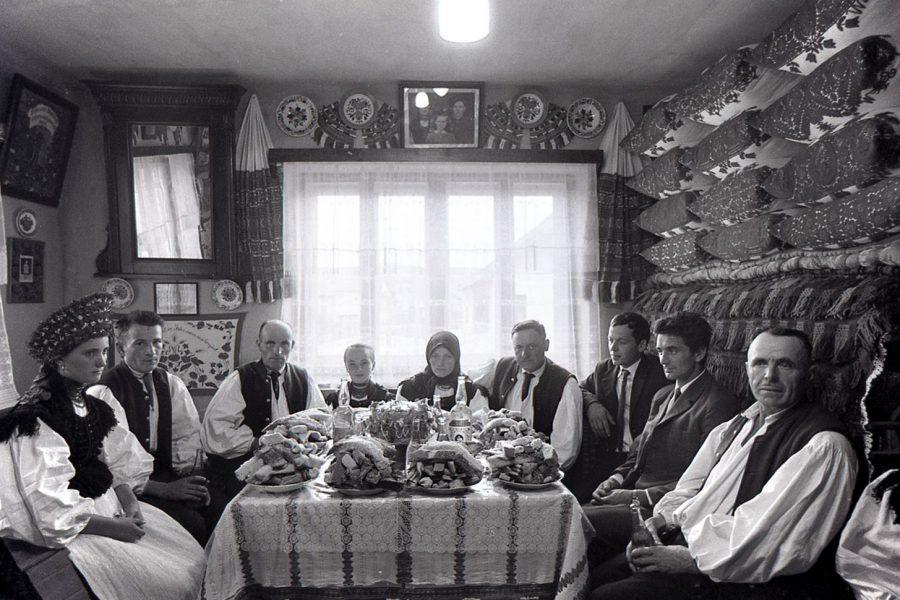 Korniss Péter: Lakodalmas család – Mari lakodalma