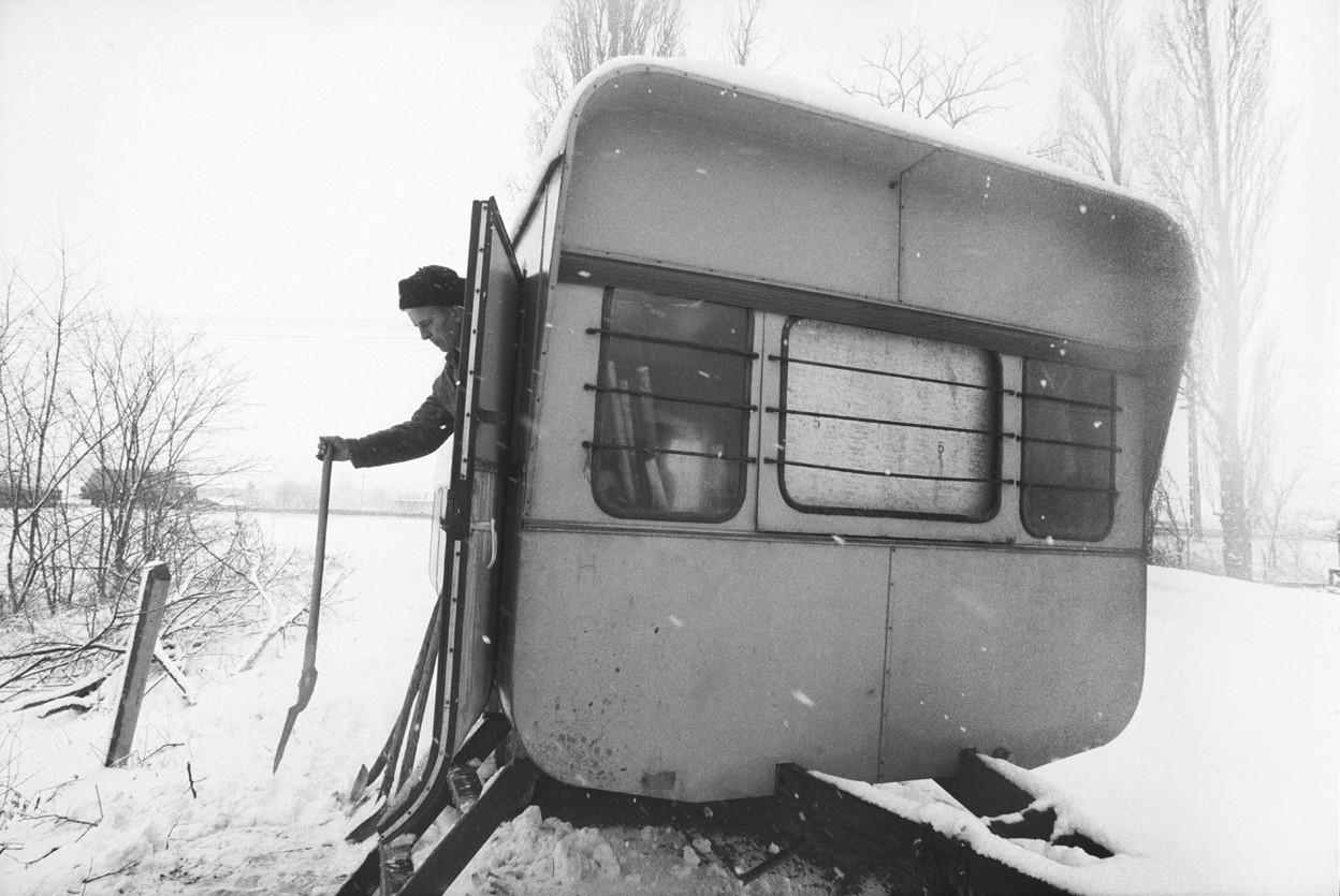 Korniss Péter: A bódé hóesésben