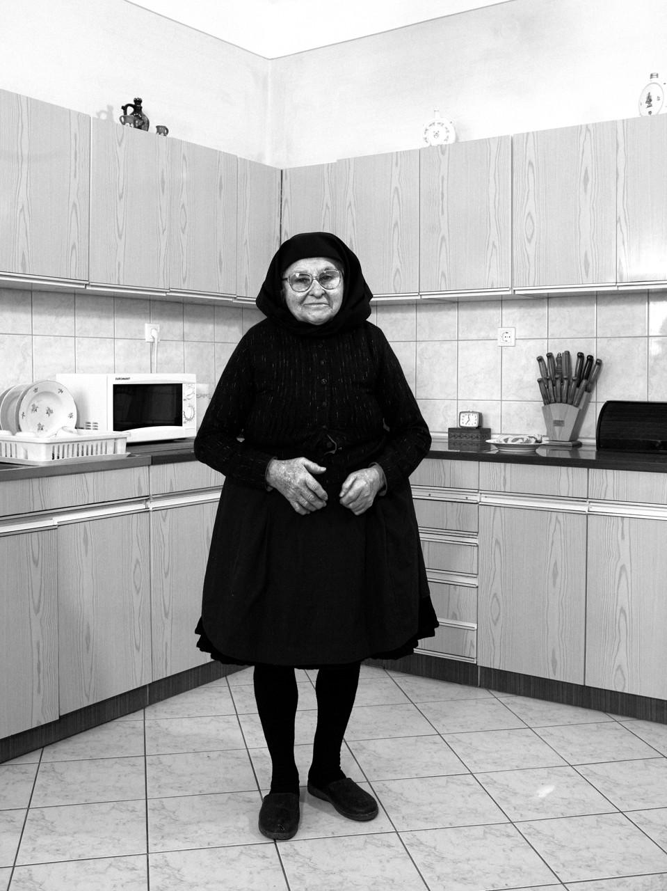 Korniss Péter: Idős asszony új konyhájában